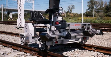 SELF-PROPELLED TROLLEY FOR TRACK GEOMETRY AND RAIL WEAR